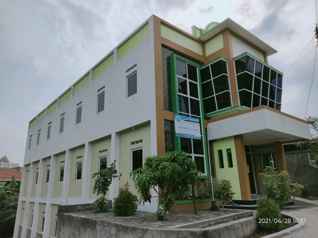 Gedung Tiga Lantai